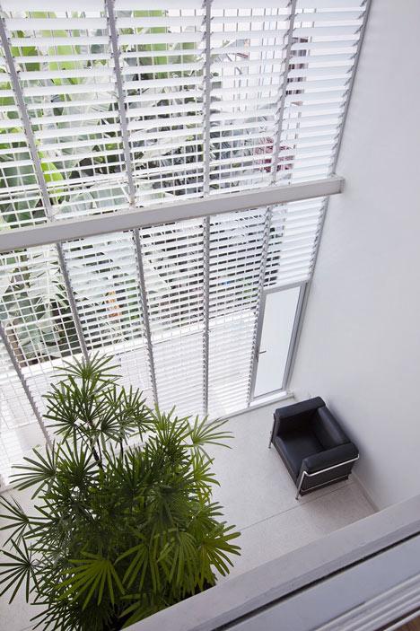 wąski_dom_Ciekawy pomysł, by porządnie oświetlić dom i zapewni dobrą cyrkulację powietrza.