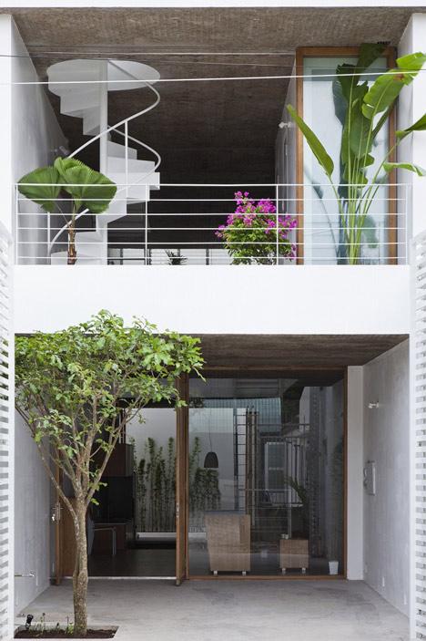 wąski_dom_Projekt architektów pozwolił na przedostanie się do budynku świeżego powietrza i światła.