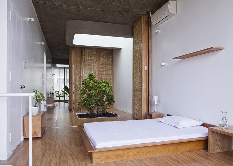 wąski_dom_Prawdziwe drzewo na samym środku pokoju - urocze :)