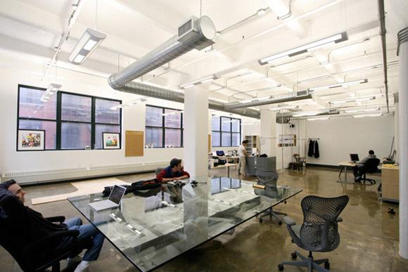 Carrot Creative, Nowy Jork. Prosty design z paroma stanowiskami pracy dzięki jasnym kolorom, dużym oknom i przezroczystym biurkom zapewnia przejrzyste, jasne wnętrze_nowoczesne_biuro_1