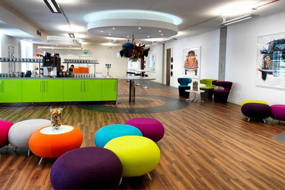 Studio, Hive Offices, Manchester. Kolorowa, otwarta przestrzeń z poczekalnią dla klientów.__nowoczesne_biuro_10