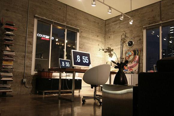 Biuro w stylu vintage, o ścianach przypominających mury, z półkami na dokumenty i paroma stanowiskami pracy. Tak zaprojektowana przestrzeń motywuje do pracy :)_nowoczesne_biuro_12