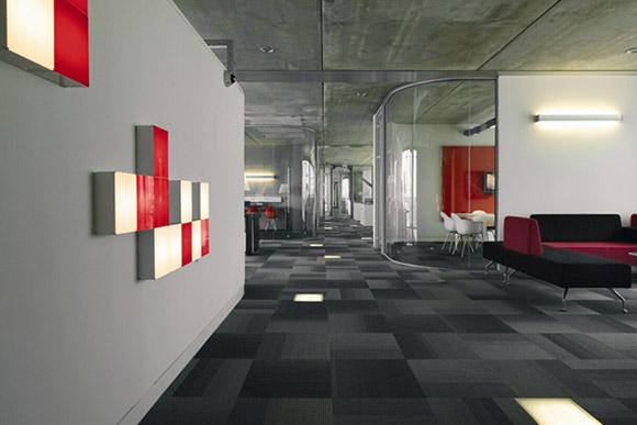 Discovery Channel, Holandia. Tutaj również mamy do czynienia z ogromną, korporacyjną przestrzenią, lecz warto się zainspirować designem prostej poczekalni i kilku boxów o szklanych ścianach._nowoczesne_biuro_15