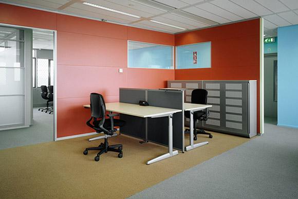 Essent Offices. Zwykła przestrzeń biurowa podzielona na parę boxów. Prostota i elegancja, a kolorowe ściany nadają surowemu wnętrzu trochę ciepła. _nowoczesne_biuro_16