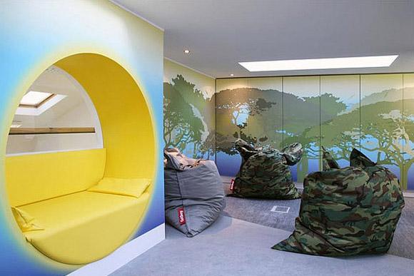 Kreatywne biuro-poczekalnia z dużymi, miękkimi siedziskami i kolorową tapetą na ścianie. Oryginalne :)_nowoczesne_biuro_2