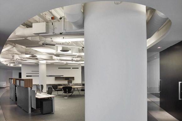 iCrete's Offices, Beverly Hills. Okrągłe biuro ze stanowiskami pracy po bokach i centralnym miejscem do spotkań i obrad. Ciekawy projekt, ale przede wszystkim bardzo praktyczny._nowoczesne_biuro_17