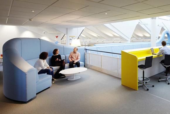 Lego Office, Dania. Jasna przestrzeń o kolorowych wstawkach z miejscem do pracy i miejscem do obrad. Proste i motywujące. _nowoczesne_biuro_19
