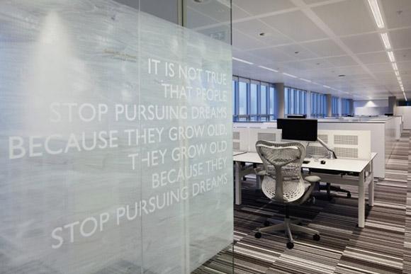 TNT Express Sustainable Headquarters. Biuro zawiera parę stanowisk pracy, warto jednak zwrócić uwagę na ciekawie zrobioną podłogę, ktora nadaje jasnemu, prostemu wnętrzu trochę ekstrawagancji.
