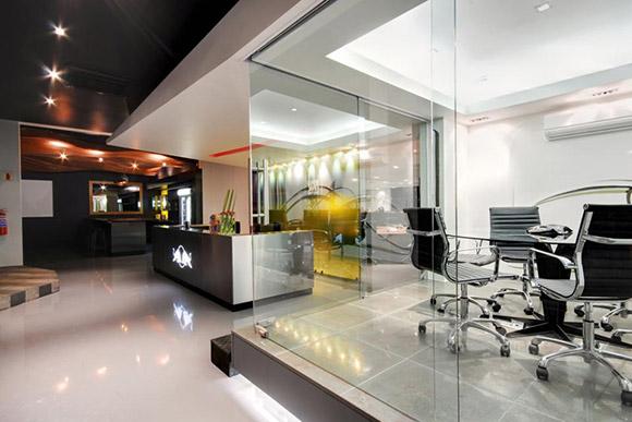 Red Bull Offices, Cape Town, Afryka. Biuro dzieli się na małą poczekalnię i boxy do pracy lub obrad. Każda przestrzeń jest oddzielona od drugiej poprzez inną kolorystykę i design.