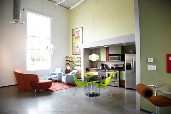Kolorowe biuro z kuchnią dla pracowników i miejscem do odpoczynku. Taka przestrzeń też jest potrzebna :)_nowoczesne_biuro_3