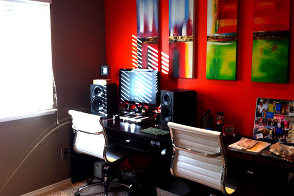 Eddie Forero Office. Kilka stanowiska pracy umieszczonych wzdłuż rozległego biurka przy ścianie pozwala zaoszczędzić miejsce i skupić pracowników zajmujących się tym samym projekcie blisko siebie_nowoczesne_biuro_8