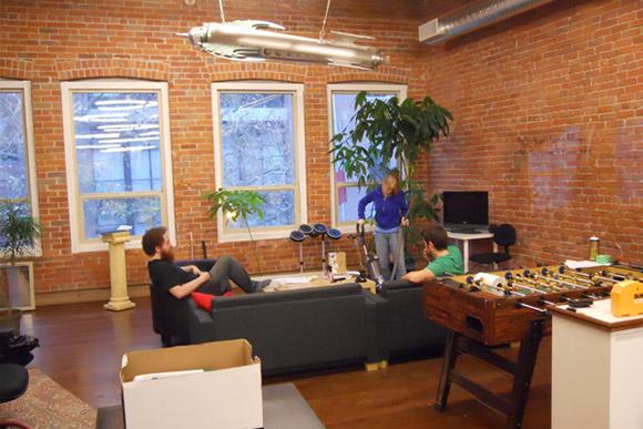 Inspirujące i zarazem relaksacyjne miejsce odpoczynku dla pracowników, gdzie rodzą się genialne pomysły ;)_nowoczesne_biuro_9