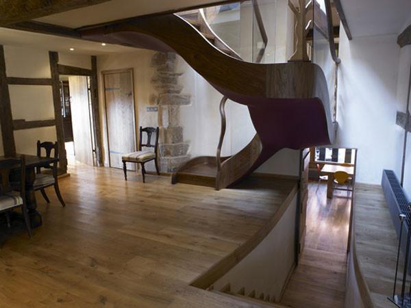 Angielski_dom_Drewniane elementy są bardzo ciekawie zaprojektowane i stanowią współczesny dodatek do tradycyjnego, drewnianego stylu.