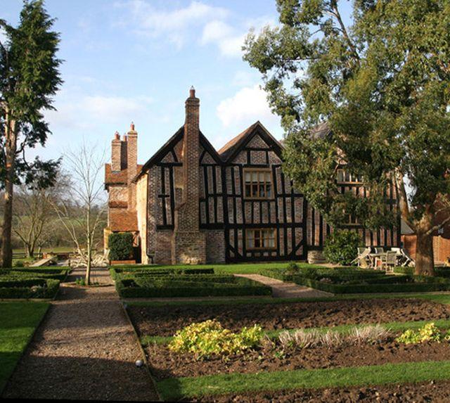 Angielski_dom_Odnowiony dom zachwyca swoją elegancją i stylem.