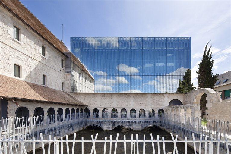 Ze starych klasztornych murów wyłania się nowa, współczesna szkoła.