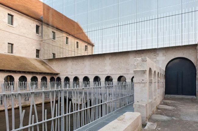 Każda wolna przestrzeń wokół murów została wykorzystana do budowy nowej szkoły.