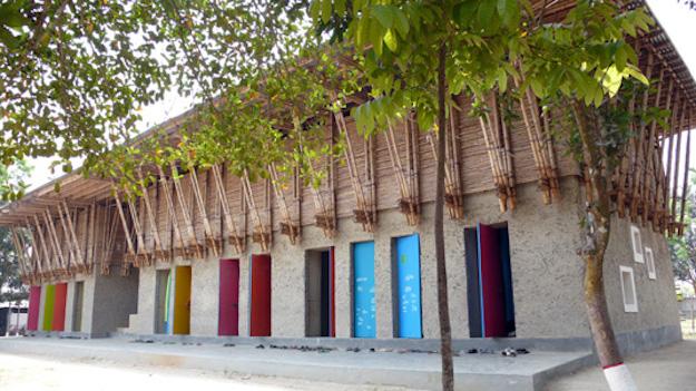 Ciekawy projekt szkoły z gliny.