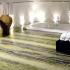 Wspaniała marmurowa posadzka łazienki zmontowana z kilku dużych kawałków kamienia.