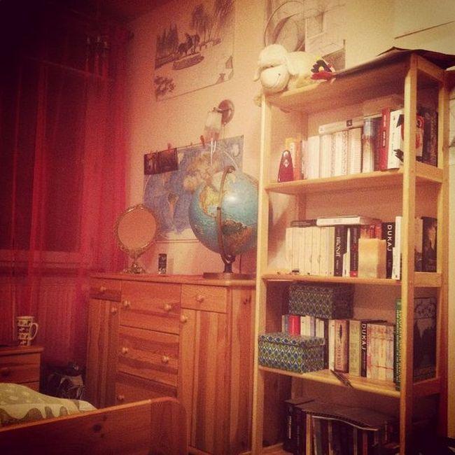 pokoj-dziewczynki-duzo-ksiazek-i-fotel-1