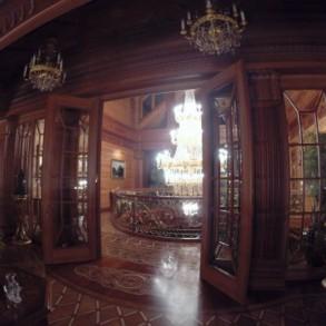 Widok na klatkę schodową z kryształowym kandelabrem.