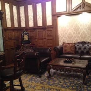 Gabinet z pięknymi drewnianymi kasetonami.