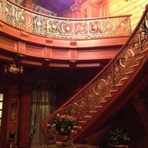 Wspaniałe wachlarzowe schody drewniane.
