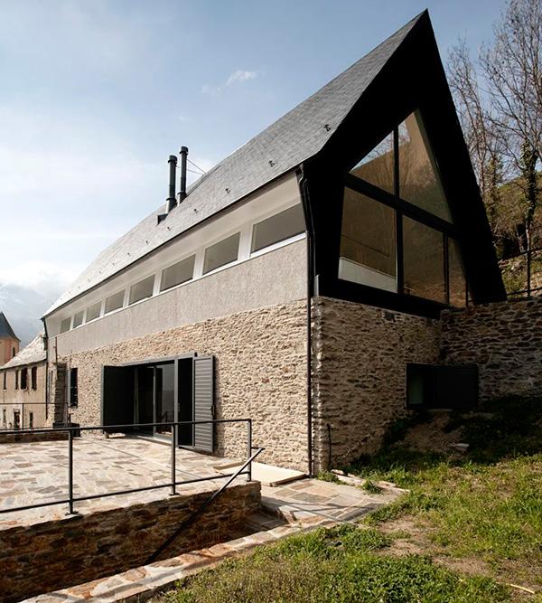 nowoczesny-dom-z-dachem-dwuspadowym-30-45-stopni-stromym-design-architektura-mieszkaniowa-24