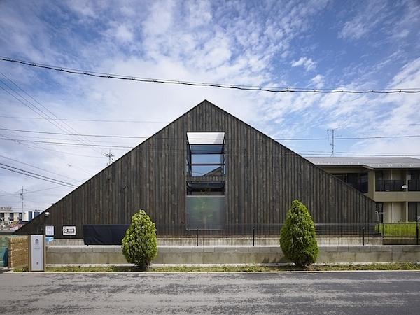 ogaki-house-jak-buduje-sie-w-japonii-nietypowy-budynek-na-wąską-działkę-nietypowy-projekt-z-dachem-dwuspadowym-1