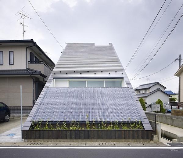 ogaki-house-jak-buduje-sie-w-japonii-nietypowy-budynek-na-wąską-działkę-nietypowy-projekt-z-dachem-dwuspadowym-2