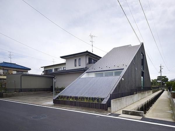 ogaki-house-jak-buduje-sie-w-japonii-nietypowy-budynek-na-wąską-działkę-nietypowy-projekt-z-dachem-dwuspadowym-2a