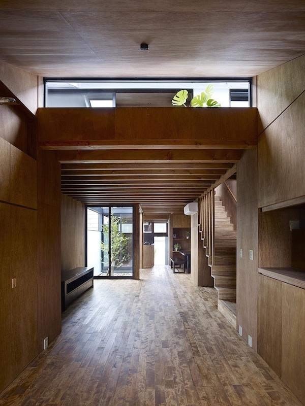 ogaki-house-jak-buduje-sie-w-japonii-nietypowy-budynek-na-wąską-działkę-nietypowy-projekt-z-dachem-dwuspadowym-3