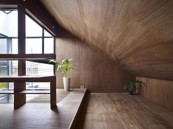 ogaki-house-jak-buduje-sie-w-japonii-nietypowy-budynek-na-wąską-działkę-nietypowy-projekt-z-dachem-dwuspadowym-4