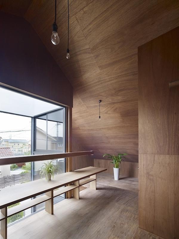 ogaki-house-jak-buduje-sie-w-japonii-nietypowy-budynek-na-wąską-działkę-nietypowy-projekt-z-dachem-dwuspadowym-5
