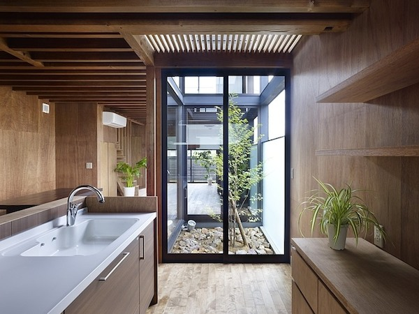 ogaki-house-jak-buduje-sie-w-japonii-nietypowy-budynek-na-wąską-działkę-nietypowy-projekt-z-dachem-dwuspadowym-6