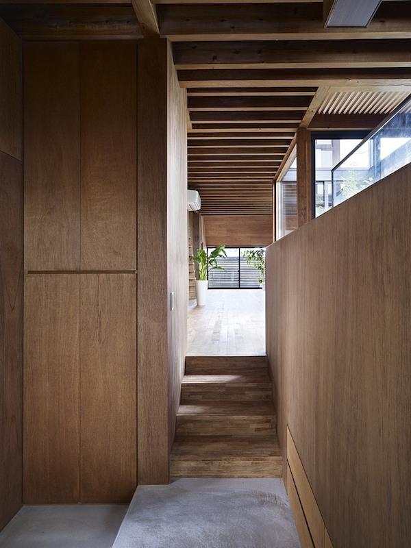 ogaki-house-jak-buduje-sie-w-japonii-nietypowy-budynek-na-wąską-działkę-nietypowy-projekt-z-dachem-dwuspadowym-9