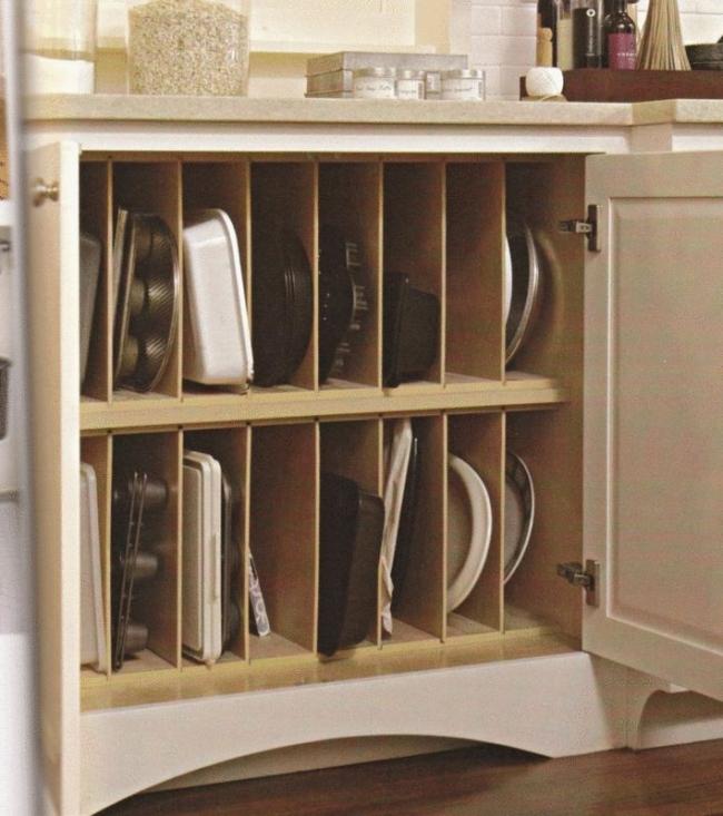 Zamontuj w szafce separator , w ktorym pionowo poukladasz tacki, deski do krojenia i inne plaskie przedmioty. Dostepnosc i przejrzystosc w jednym.