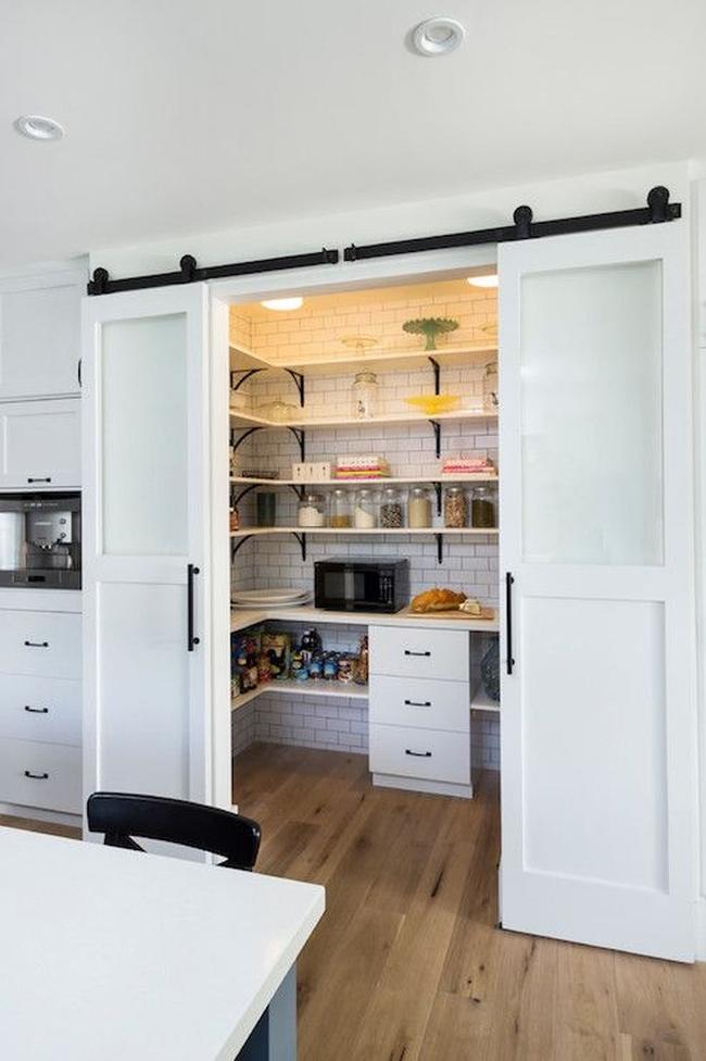 Piękne, frezowane drzwi przesuwne...a za drzwiami...Ukryta spiżarnia! Sposób jak zagospodarować niepotrzebną wnękę i zyskać dodatkowe miejsce na przechowywanie produktów.
