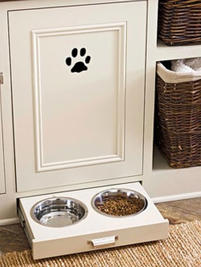 """Masz zwierzaka? Nie wiesz gdzie mu zorganizować miejsce do posiłków? Ten pomysł pozwoli uniknac sytuacja """"walajacych sie"""" pod nogami misek z jedzeniem. Wysuwasz, wsuwasz..proste, nieprawdaż?:-)"""
