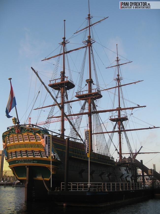Amsterdam-miasto-blog-o-architekturze-podroze-kamienice-przestrzen-ciekawostki-na-wodzie-kanały-statki-2