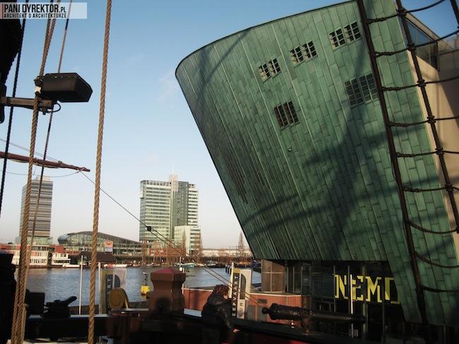 Amsterdam-miasto-blog-o-architekturze-podroze-kamienice-przestrzen-ciekawostki-na-wodzie-kanały-statki-7