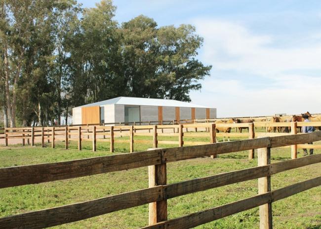 Beton, drewno i szkoło...Idealne połączenie materiałów, wpasowujące się w otoczenie.