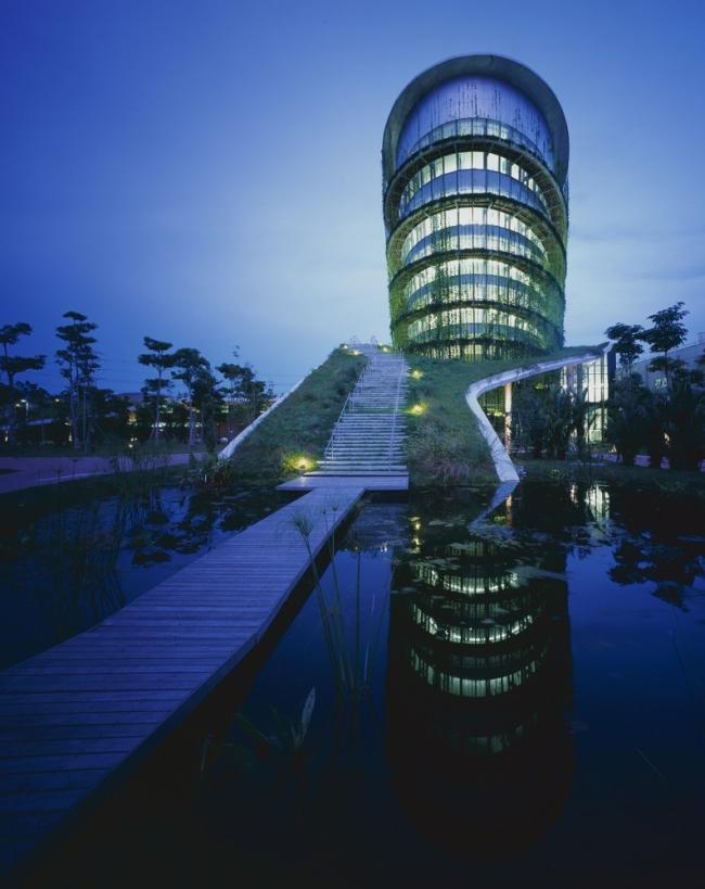 nowoczesny_budynek_przemysłowy_zieleń_w_budynku_budynek_w_zieleni_nowoczesny_projekt_realizacja_02