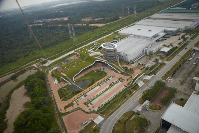 nowoczesny_budynek_przemysłowy_zieleń_w_budynku_budynek_w_zieleni_nowoczesny_projekt_realizacja_15