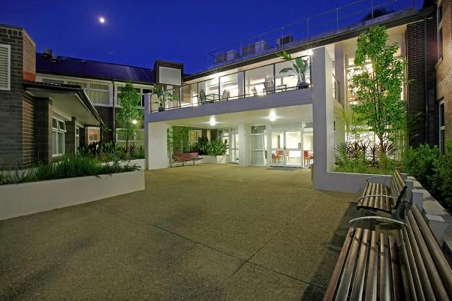 Georges-Manor-Residential-Domy_spokojnej_starosci_moga_tez_zachwycac-lepsza_jest_opiekunka_seniora-nowoczesny obiekt-architektura-dom starcow-