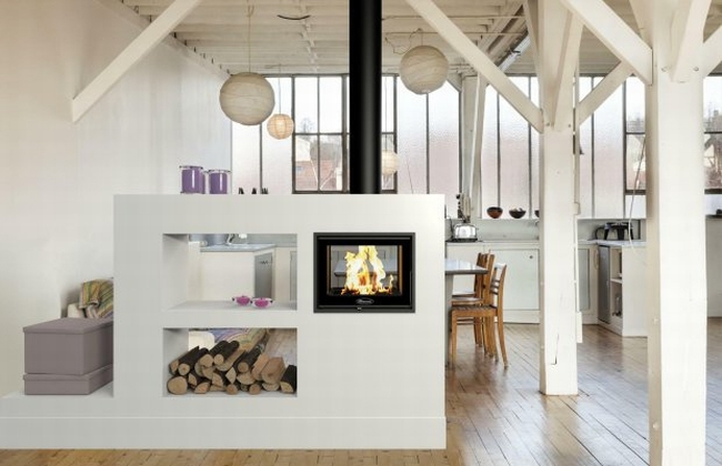 kominek dwustronny inspiracje wygląd kominek we wnętrzu komink w salonie 04