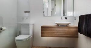 mała łazienka zobacz jak urządzić małą łazienkę inspiracje przykłady mała niewygodna łazienka jak urządzić niewielką łazienkę 04
