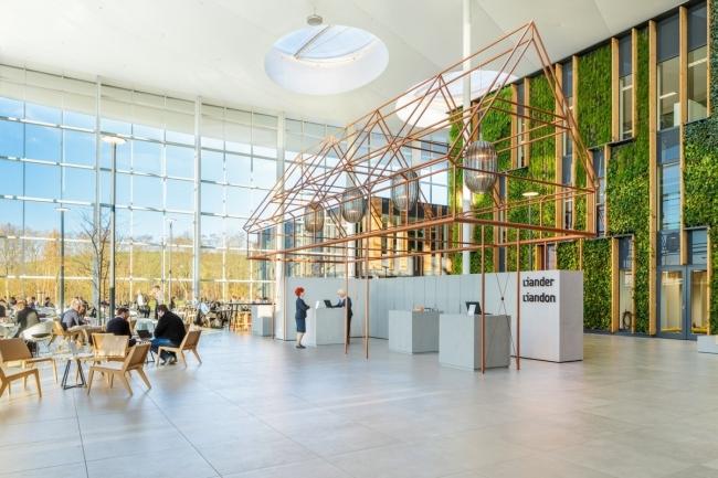 Het interieur van het kantoor van EY, Rotterdam. Gesitueerd aan een historisch monument aan de Maas met een fenominaal panoramisch uitzicht.