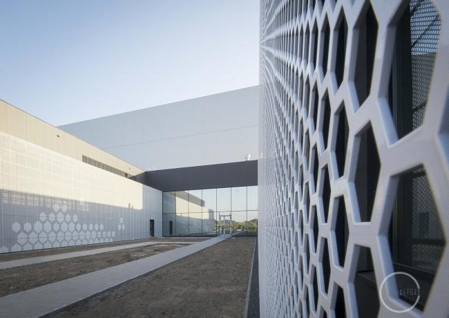ciekawa-nowoczesna-elewacja-dla-budynku-usługowego-biura-sklepu-centrum-handlowego-inspiracje-realizacje-projekt-06