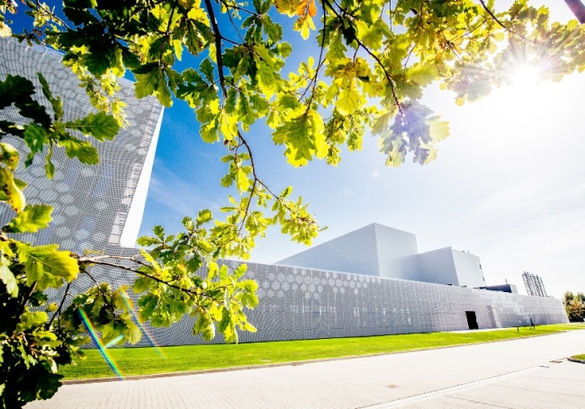 ciekawa-nowoczesna-elewacja-dla-budynku-usługowego-biura-sklepu-centrum-handlowego-inspiracje-realizacje-projekt-22
