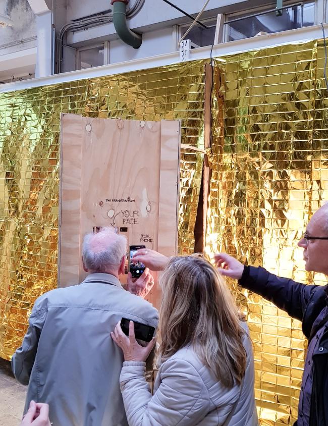 Jedna z mini wystaw polegała na przyłożeniu twarzy do drewnianej ścianki...